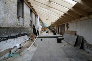 Das Dach hat eine Pultform mit einer Firstlänge von etwa 60 m und einer Breite von 2,80 bis 3,20 m