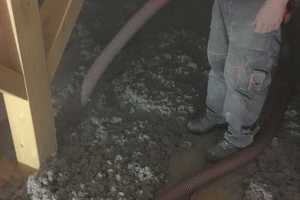 Der Dachboden ist mit Zellulosedämmstoff bedeckt