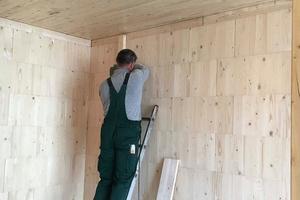 Von innen sind die gestapelten Steko-Module an den Wänden in der Bauphase noch zu erkennen