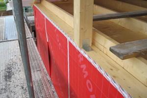 Die Dachschalungsbahn ist am unteren Balken des Dachstuhls festgeklebt