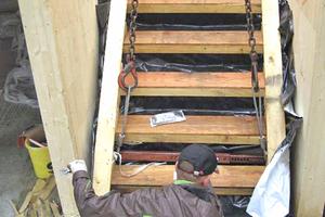Die Betontreppe war während der Bauphase mit Holz verkleidet