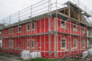 Einen Monat nach Baubeginn waren schon die Wände und der Dachstuhl fertig gestellt