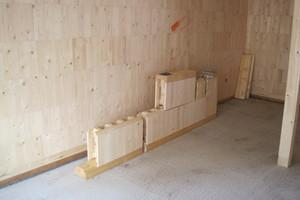 Die Steko-Module, hinten als fertige Wand, vorne noch nicht verbaute Blöcke, Schwellen und Einbinder