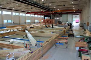 """Vorfertigung der mächtigen Brettschichtholz-Binder bei Moelven Industrier ASA in Norwegen<span class=""""bildnachweis"""">Fotos (2): Moelven Limtre</span>"""