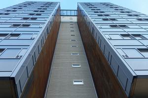 Links: Die maximale Abweichung (Maßtoleranz) betrug am Ende nur 71 mm im 14. Stockwerk