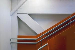 """Links: Auch im Treppenhaus sind die BSH-Binder zu sehen<span class=""""bildnachweis"""">Fotos (2): David Valldeby</span>"""