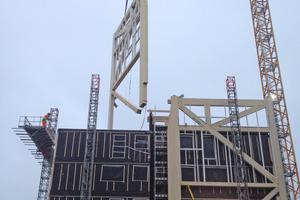 Die Unterkonstruktion für die Cortenstahlelemente wird an die Ost- und Westfassade angebracht