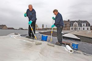 """Die Fläche und zahlreiche Details eines Industriedaches in Duisburg dichteten die Handwerker mit Flüssigkunststoff ab<span class=""""bildnachweis"""">Fotos: Triflex</span>"""