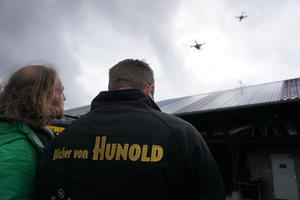 Redakteur Rüdiger Sinn (links) und Dachdeckermeister Thomas Potthast mit seiner DJI Phantom 4 Drohne<br />