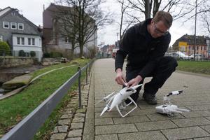 Um die Rinnen des alten Fachwerkhauses zu inspizieren, nutzt Thomas Potthast seine Drohne