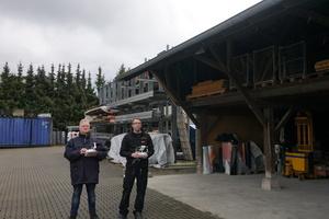 Jens Eickmeyer, Inhaber der Dächer von Hunold GmbH (links) und Thomas Potthast, Dachdeckermeister im gleichen Betrieb, mit ihrer DJI Phantom Drohne  Foto: Rüdiger Sinn<br />