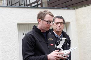 """Dachdeckermeister Thomas Potthast zeigt Herrn Jasper vom Bauausschuss der evangelisch-lutherischen Kirchengemeinde, was seine Drohne auf dem Dach entdeckt<span class=""""bildnachweis"""">Foto: Stephan Thomas</span>"""