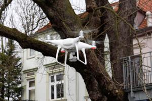 """Drohnen bieten für Dachdecker Chancen, wenn Steiger oder Leiter nicht eingesetzt werden können. Aber einige Regel sind beim Einsatz von Drohnen zu beachten<span class=""""bildnachweis"""">Fotos: Rüdiger Sinn</span>"""