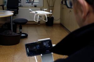 """Drohnen wie die """"DJI Phantom 4"""" im Bild wiegen unter 2kg, für solche Drohnen braucht man keine Aufstiegserlaubnis"""