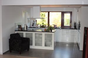 Nach der Sanierung ist die Trennwand zum Wohnzimmer entfernt und eine offene Wohnküche entstanden