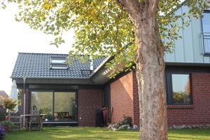 Das fertige Haus in Isenbüttel nach der Sanierung: links der Anbau in Holzrahmenbauweise, mit Klinker verkleidet