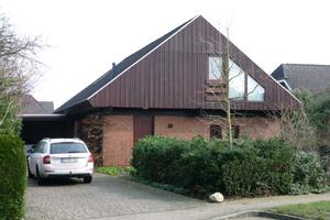 """Fertighaus in Isenbüttel vor der Sanierung (links) mit Holzverkleidung und nach der Sanierung mit Stehfalzblechen an der Giebelseite (rechts)<span class=""""bildnachweis"""">Fotos: Zimmerer Profibau GmbH</span>"""