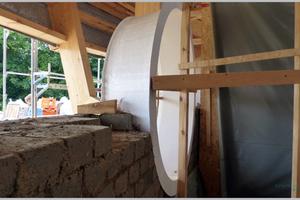 Einbau der Lichtaugen in die Lehmwände der Kita. In diesem Bereich ist der Dachüberstand besonders hoch
