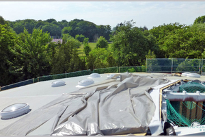 Das Dach in der Bauphase, als Witterungsschutz dient eine Plane