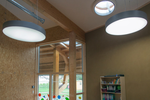 Runde Formen finden sich in den Beleuchtungskörpern und den Lichtkuppeln auch in der Innenraumgestaltung wieder