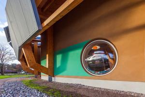 """Zu den Kinder-Lieblingsplätzen im Innern zählen die vertikal montierten Lichtkuppeln in den Lehmwänden. Ihre rasche und einfache Montage erfreute auch die beteiligten Handwerker<span class=""""bildnachweis"""">Fotos: Essertec / Kai Ohl</span>"""