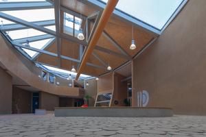 """Das zentrale Atrium dient als """"Pufferspeicher"""" und sorgt so für ein ausgeglichenes Raumklima. Viel Licht bedeutet aber auch Wärme, wird es zu heiß, öffnet sich der elektrisch gesteuerte Rauchabzug und die warme Luft kann entweichen"""