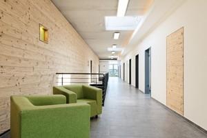 Im Verlag: Die Innenseite einer Trennwand im Verwaltungsgebäude hat eine Holzschalung mit gedämpfter Kiefer erhalten<br />