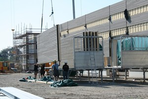 Die Fassade der Lagerhalle bilden vorgefertigte Holzrahmenwände mit Lärchenholzverschalung Foto: Brüninghoff