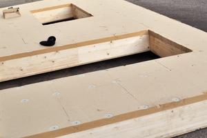 Geschlossenes, mit Holzfaserplatten beplanktes Holzrahmenelement mit Holzfasereinblasdämmung vor dem Transport<br /><br />