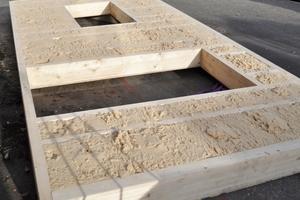 Setzungssicher: Geöffnetes Wandelement mit Holzfasereinblasdämmung nach dem Transport