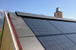 """Oben rechts: Das Dach ist mit anthrazitgrauen, 8 mm starken, relativ großflächigen Faserzementplatten belegt, eine Photovoltaik-Anlage ist integriert<span class=""""bildnachweis"""">Fotos (2): Marte Architektur</span>"""