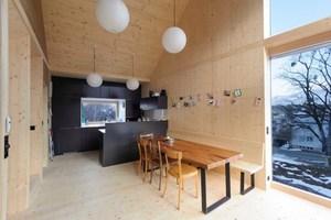 """Die Küche kragt sehr markant, wie alle Elemente, um 1,50 m aus. Innen sind die Fenstereinfassungen aus Lärchenholz, die massiven Fensterbänke sind aus Eiche gefertigt<span class=""""bildnachweis"""">Foto: Christoph Untersander</span>"""