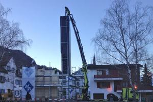 Kein Problem mit Schall- und Brandschutz: Das Bild in der Morgendämmerung zeigt das Einsetzen des 14 Meter langen Fahrzugschachtes, der vom Holzbauunternehmen komplett aus BSH gebaut wurde