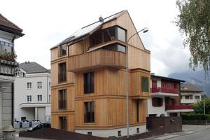 """Das fertige Haus auf dem kleinen Grundstück bildet einen schönen Kontrast zu den vorwiegend massiv gebauten Häusern in der näheren Umgebung <span class=""""bildnachweis"""">Foto: Holz Untersander GmbH</span>"""