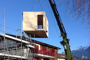 """Das Aufrichten beginnt mit dem Gerüst stellen, dann werden die einzelnen Module auf das Fundament gestellt <span class=""""bildnachweis"""">Fotos: Marte Architektur</span>"""