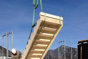 Rechts: Die Treppen, das verbindende Element zwischen den Halbgeschossen, werden gesetzt