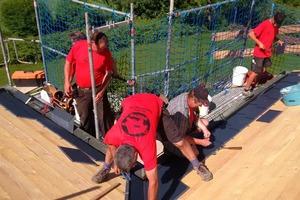 Auf der Schalung arbeiteten die Handwerker von Holzbau Schlamp mit einem für sie neuen Material: Aluminiumdachschindeln