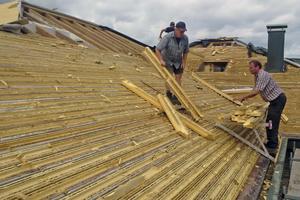 Die alte Dachschalung bestand aus PU-Dämmstoff mit eingebetteten Holzleisten, hier wird sie abgerissen <br />