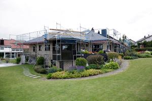 Das Dach hat viele unterschiedliche Abschnitte, das machte das Verlegen der Dachschindeln zu einer Herausforderung