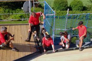Die Handwerker von Holzbau Schlamp verlegen die Aluminiumdachschindeln