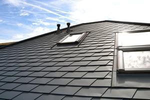 Das fertig eingedeckte Dach des Bungalows