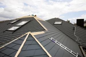 Lüftungsdurchdring-ungen, Dachfenster, Gauben, Kehlen – bei diesem Dach waren viele Details zu beachten