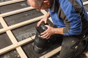 Mit speziellen Systemen lassen sich Sanitärrohrdurchführungen nachträglich positionieren und an der Unterdeckbahn anschließen