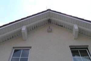 """Feuchteschäden wie hier am Dachvorsprung entstehen durch fehlerhafte Übergänge der Luftdichtung an der Außenwand <span class=""""bildnachweis"""">Foto: Pro Clima</span>"""