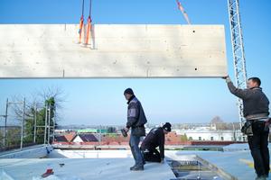 """Hier baut das Holzbauunternehmen Elztal ein Holzhaus nach den Vorgaben von Sentinel. Die Ausführungsplanung und die Gewerkekoordination übernahm das Holzbauunternehmen<span class=""""bildnachweis"""">Fotos: Sentinel Haus Institut / Nikolaus Herrmann</span>"""