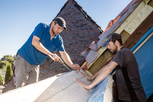 Daniel Lüdeke von Lideko verschraubt den Aufbaurahmen aus Leimholz mit dem Wechsel. Bauherr Michael Völkerink (rechts im Bild) unterstützt