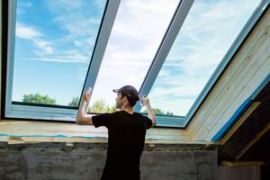 Bauherr Michael Völkerink testet sein neues, großformatiges Dachfenster