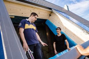 """Hendrik Amelingmeyer (links), Geschäftsführer von Lideko, ist vor Ort, um den Einbau des Dachschiebefensters mit Bauherr Michael Völkerink abzustimmen<span class=""""bildnachweis"""">Fotos: Lideko/ Simone Reukauf, Foto44</span>"""