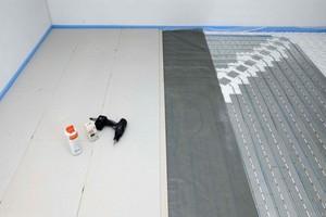 """<span class=""""bildnachweis"""">Links: <strong>Trockenestrichelemente lassen sich auch auf Fußbodenheizungen verlegen. Als Zwischenschicht kommt Trennfolie oder Kraftpapier </strong></span>"""