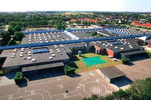 """Unten: In der Amager-Grundschule in Skjern wurden 850 alte Oberlichter aus den 1970ern ausgetauscht und durch das """"Modulare Oberlicht-System"""" von Velux ersetzt<span class=""""bildnachweis"""">Fotos: Velux/STORM Productions</span>"""